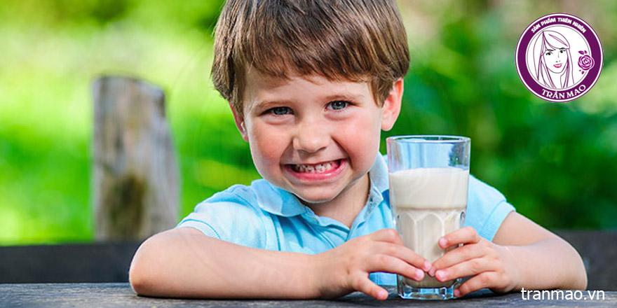 Bột nghệ và sữa tươi cho trẻ