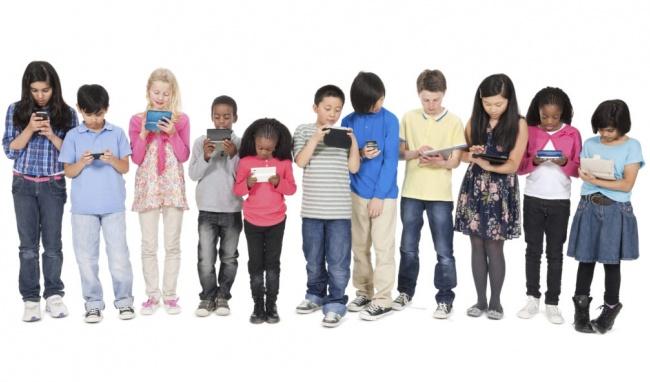 các bé tiếp xúc thiết bị điện tử